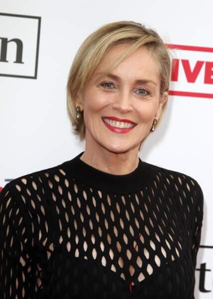 Sharon Stone laisse pousser ses cheveux et adopte un joli warré stylé