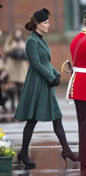 Même à la moitié de sa première grossesse, il faut le savoir pour deviner le ventre arrondi de Kate Middleton