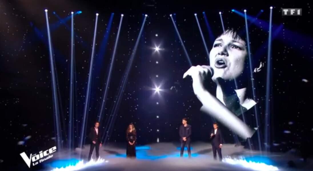 Les quatre finalistes unissent leur voix pour la chanteuse