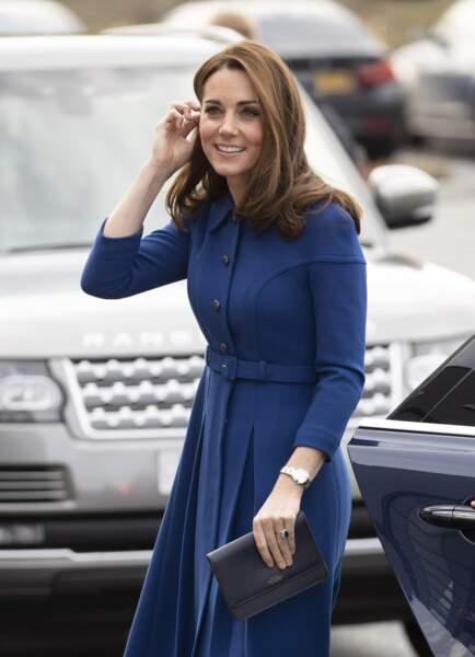 Kate Middleton recycle sa robe Eponine et porte un nouveau sac Smythe, la amrque de sac favorite de Meghan Markle