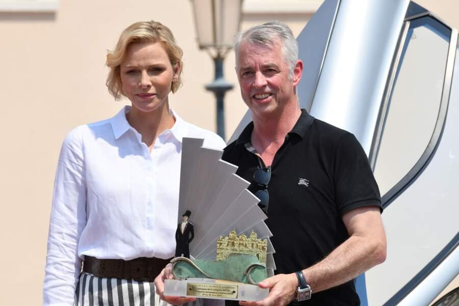 La princesse Charlène de Monaco remettant sa récompense au vainqueur du prix Raw Speed