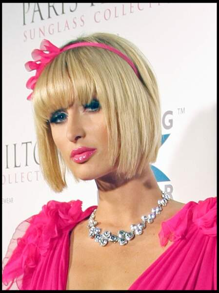 Le carré trop court et le serre-tête girly de Paris Hilton