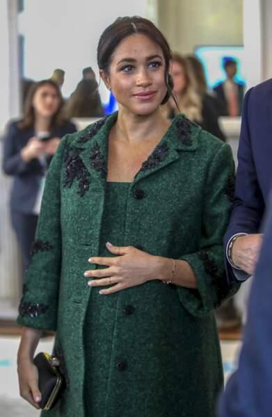 Meghan Markle à huit mois de grossesse en manteau Erdem le 11 mars 2019.