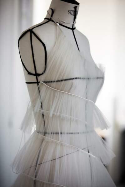 La robe Dior Haute Couture de Bella Hadid a été faite entièrement à la main, sur mesure.