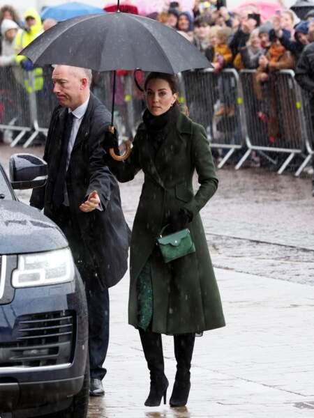 Kate Middleton tenait fermement son parapluie pour ne pas gâcher sa coiffure ni son maquillage