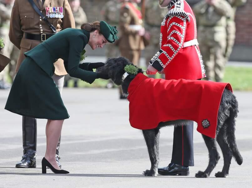 Kate Middleton fait connaissance avec Domhnall, la mascotte du 1er bataillon des Irish Guards.