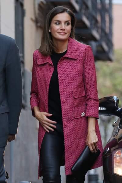 La pochette noire termine le look de Letizia d'Espagne qui ose le slim en cuir.