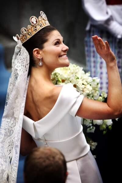Le chignon tiré avec couronne de Victoria de Suède
