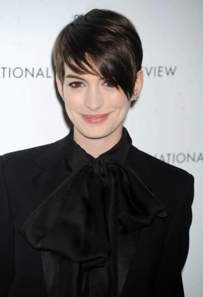 Après avoir coupé ses cheveux pour les Misérables, Anne Hathaway a stylisé sa coupe avec une mèche asymétrique