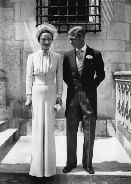 Edward VIII, duc de Windsor épouse Wallis Simpson (dans une élégante robe Mainbocher) le 3 juin 1937 à Monts