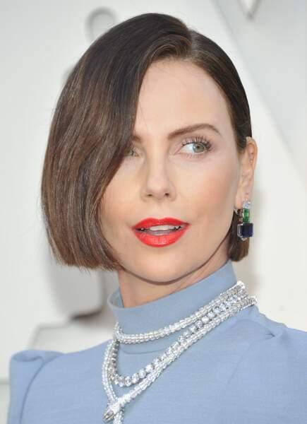 Charlize Theron profite de sa nouvelle coupe de cheveux pour afficher de belles boucles d'oreilles le 24 février