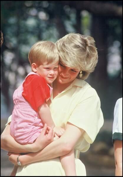 Le prince Harry, adorable dans une salopette à rayures rouges, dans les bras de Diana à Majorque en 1987