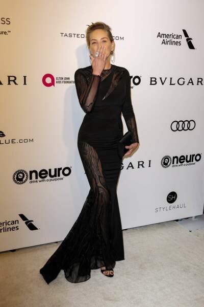 Sharon Stone plus belle que jamais choisi un plaqué arrière pour révéler toute sa beauté en février 2017