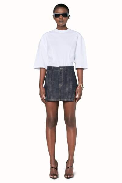 Rihanna portait évidemment une de ses tenues, top blanc et une jupe courte