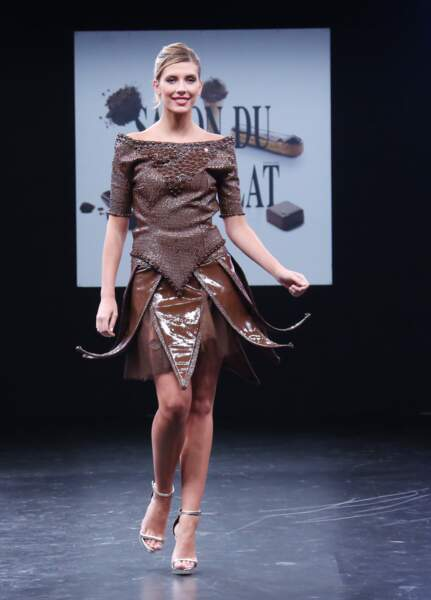 Camille Cerf défile lors du 21ème salon du chocolat à la porte de Versailles à Paris le 27 octobre 2015