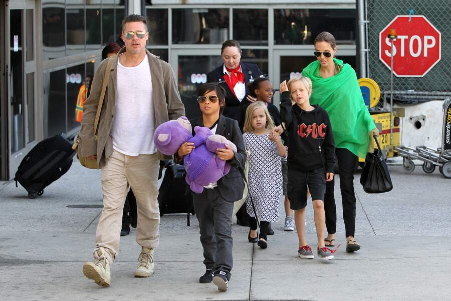 Brad Pitt et Angelina Jolie avec leurs enfants à l'aéroports de Los Angeles, en 2014