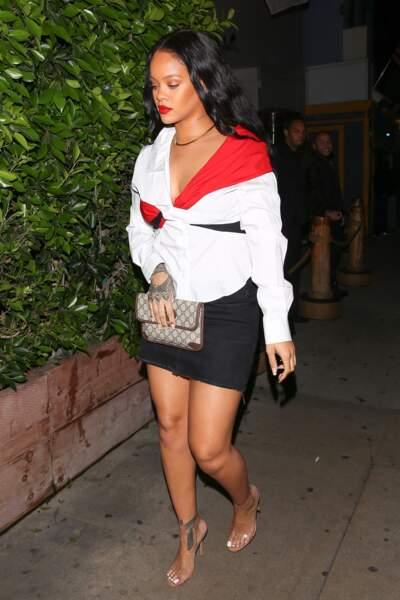 Rihanna au restaurant à Santa Monica en jupe en jean, top blanc et rouge et pochette Gucci le 11 novembre 2017