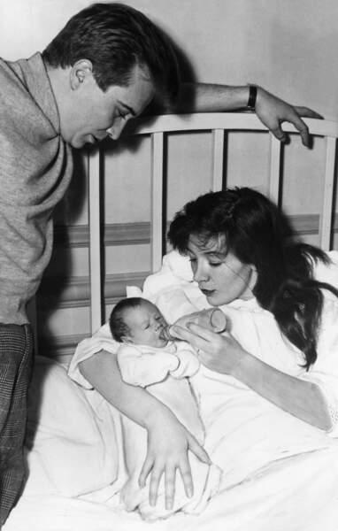 Philippe Lemaire et Juliette Gréco lors de la naissance de leur fille, en 1954