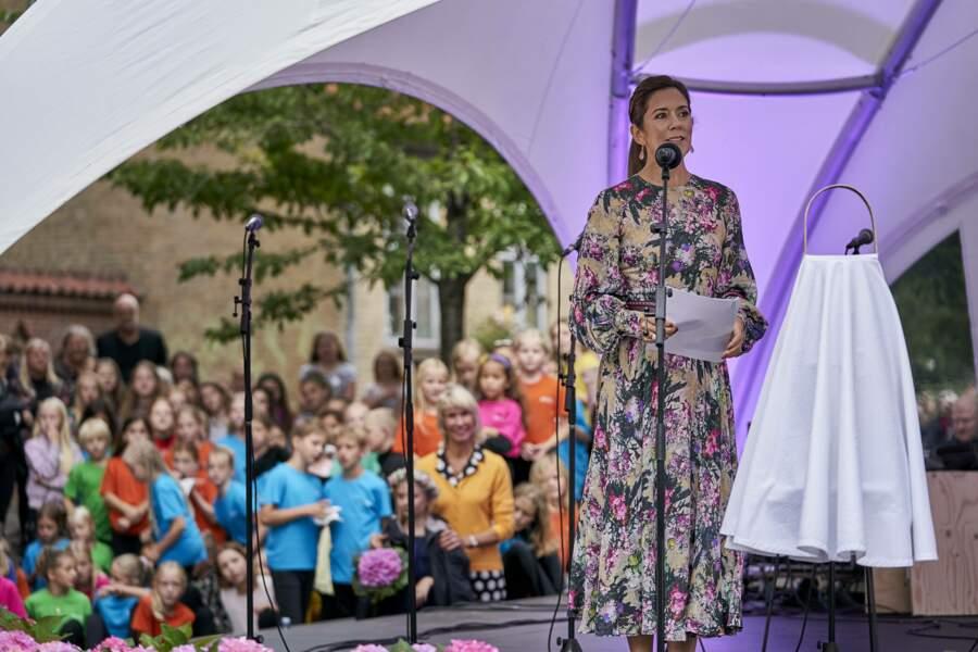 Dans sa robe à fleurs, Mary de Danemark prend la parole le 15 août 2019