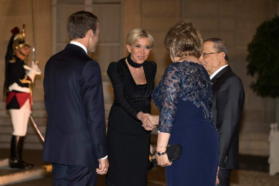 Brigitte Macron était vêtue d'une sobre robe noire.
