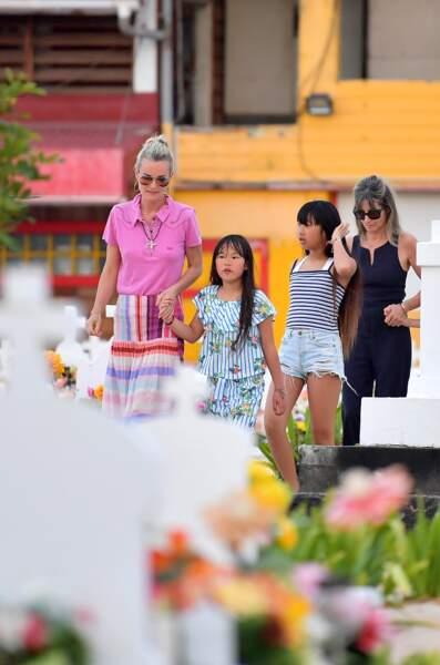 Laeticia Hallyday et ses filles Jade et Joy de retour sur la tombe de Johnny à Saint-Bart, le 17 avril 2018