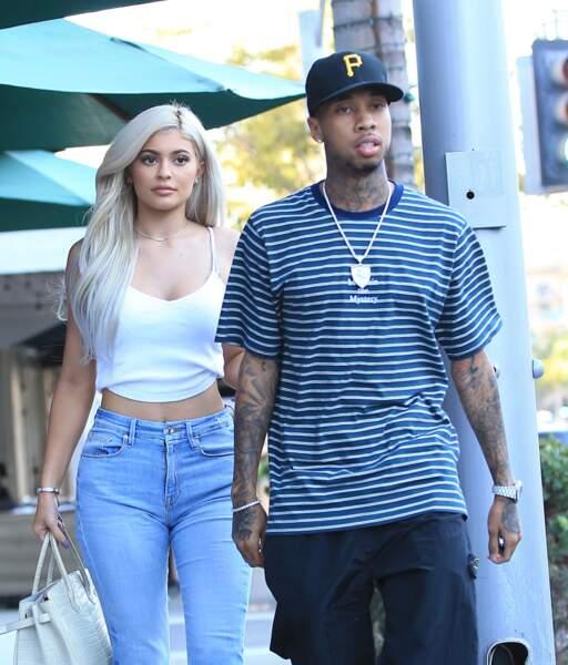 Kylie au bras de Tyga porte une de ses fameuses perruques, blonde cette fois-ci