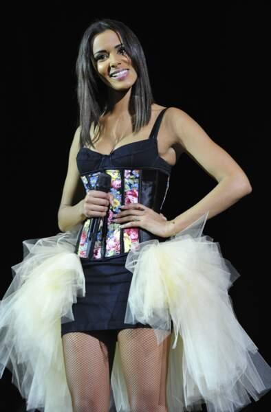 Shy'm et son carré long plongeant, lors d'un concert à Paris en 2013