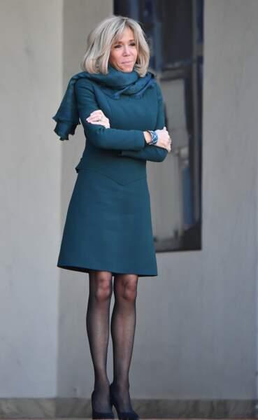Brigitte Macron très élégante dans une robe courte Louis Vuitton qui dévoile ses genoux à l'Elysée le 21 janvier