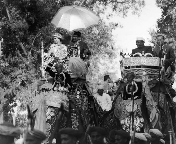 La reine Elisabeth et le prince Philip en 1961 n'ont pas hésité à monter sur un éléphant