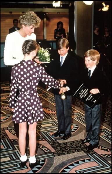 """Le prince Harry, très enthousiaste, assiste à la première du film """"Hook"""" avec Lady Diana et William, en 1992"""