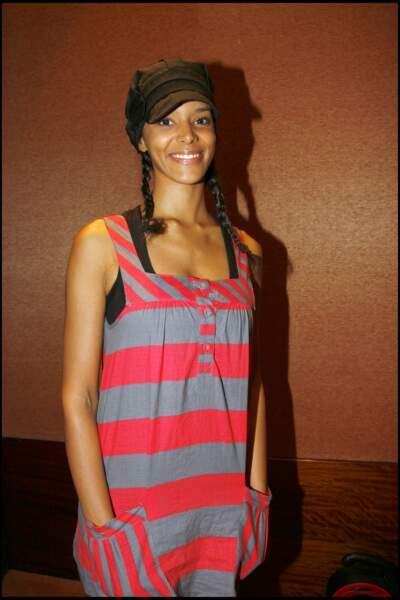 Shy'm coiffée de tresses et d'une casquette gavroche : un look encore sage et juvénile à ses débuts, en 2007