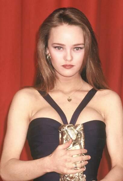 Vanessa Paradis en robe noire vient de remporter le César du meilleur espoir féminin en 1990