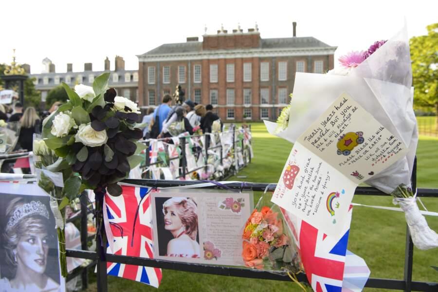 A la même époque, des fans de la princesse disposaient bouquets et dessins, en sa mémoire, aux abords du palais