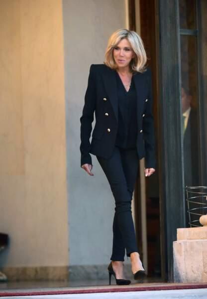 Veste noir, jean noir, chic et rock à la fois.