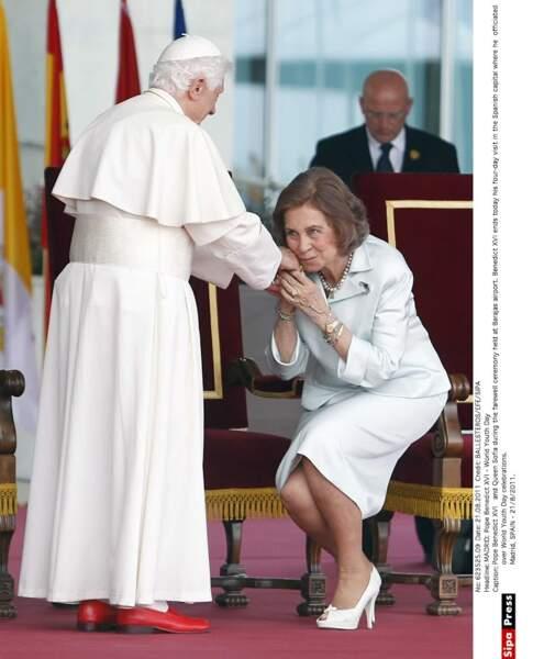 La reine Sofia d'Espagne est en blanc face au pape, mais fait l'impasse sur la mantille