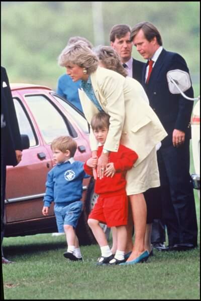 La princesse Diana, avec ses fils William et Harry, assiste à un match de polo à Windsor en 1986