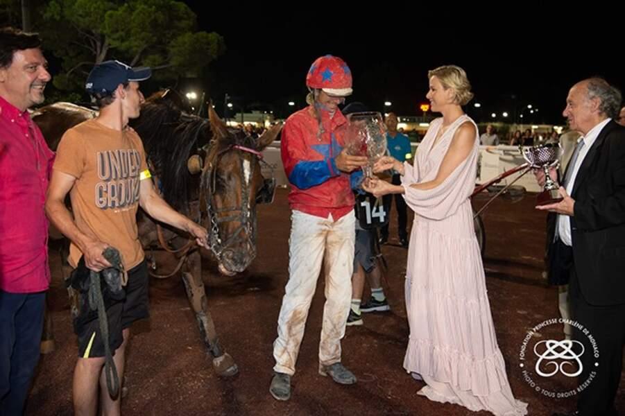 Charlène de Monaco remet le trophée au jockey vainqueur Stéphane Cingland et à son cheval Fantasia de Ligny