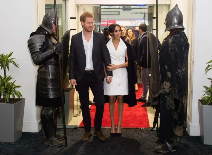 Meghan Markle enceinte dans une robe blazer et un manteau Gillian Anderson