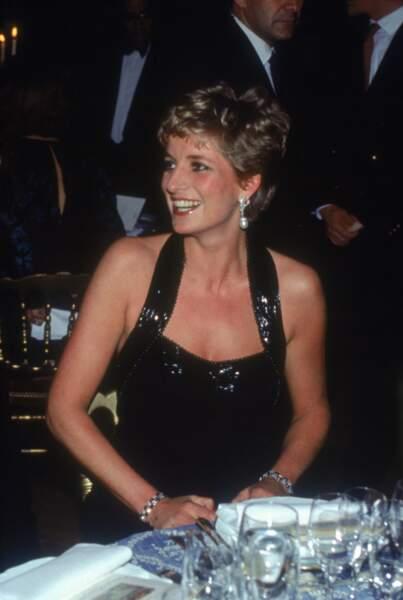 La princesse Diana en robe de soirée noire à Versailles, en 1994