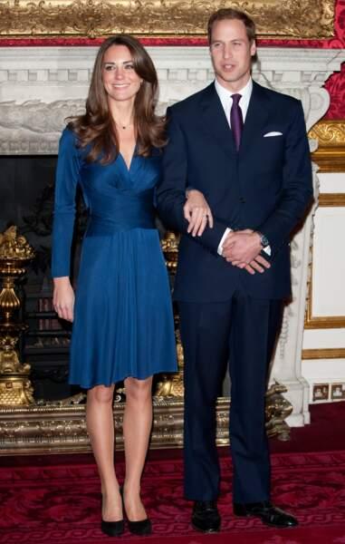 Lors de l'annonce de ses fiançailles, Kate avait fait fureur dans sa robe bleu satinée signée Daniella Helayel