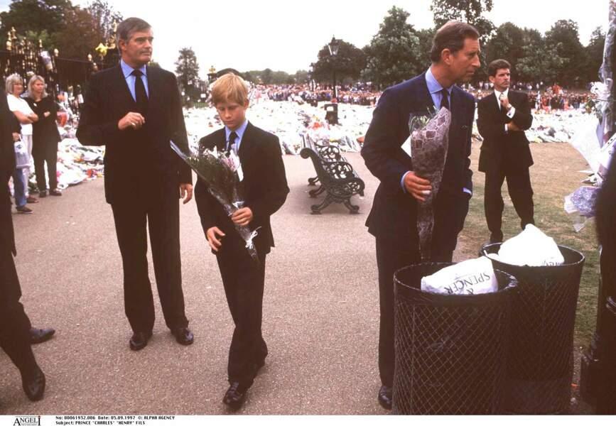 Harry et Charles lors de l'hommage à Lady Diana à Kensington, la veille de ses obsèques, le 5 septembre 1997