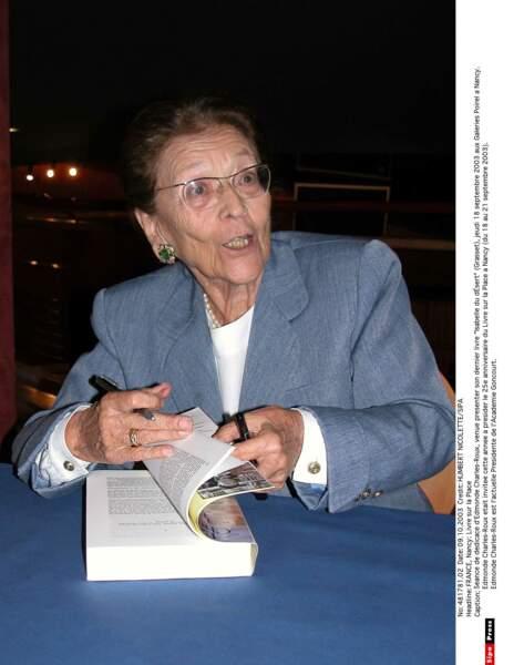 """Séance de dédicace d'Edmonde Charles-Roux pour son livre """"Isabelle du désert"""" en 2003"""