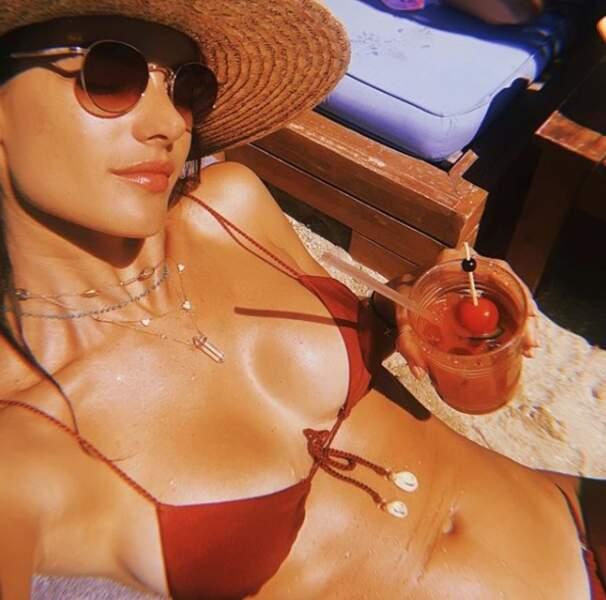 Cocktail à la main, Alessandra Ambrosio savoure à fond ses vacances d'été