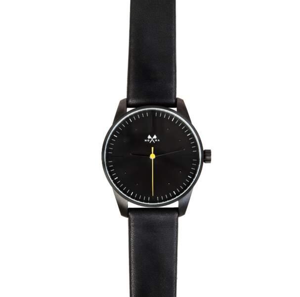 Montre cadran acier et bracelet en cuir, 230 € (Mona Watches).