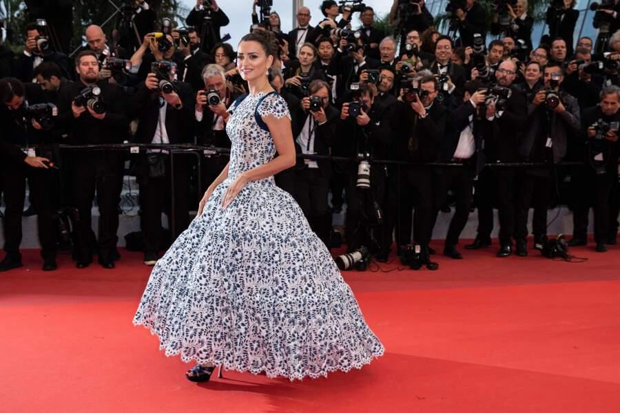 """Penélope Cruz en robe Chanel lors de la montée des marches du film du film """"Douleur et Gloire"""" le 17 mai 2019"""