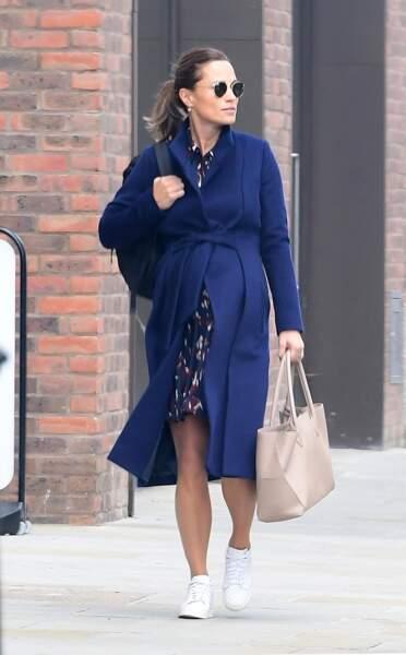 Pippa Middleton très enceinte et très chic en manteau bleu ceinturé, baskets Jimmy Choo et Ray-Ban
