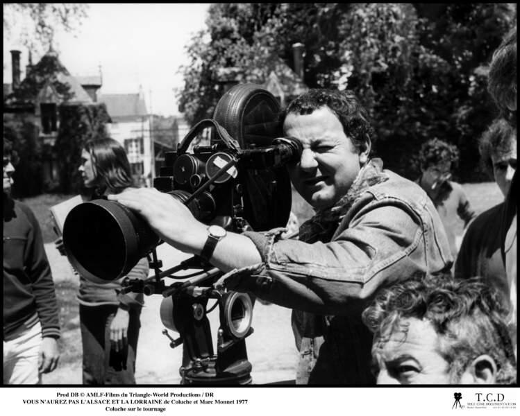 """Coluche derrière la caméra lors du tournage de """"Vous n'aurez pas l'Alsace et la Lorraine"""" en 1977"""