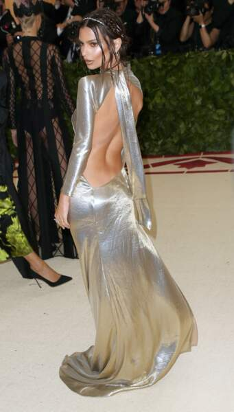 Emily Ratajkowski en robe dos nu argenté Marc Jacobs, lors du Met Gala à New York, le 7 mai 2018