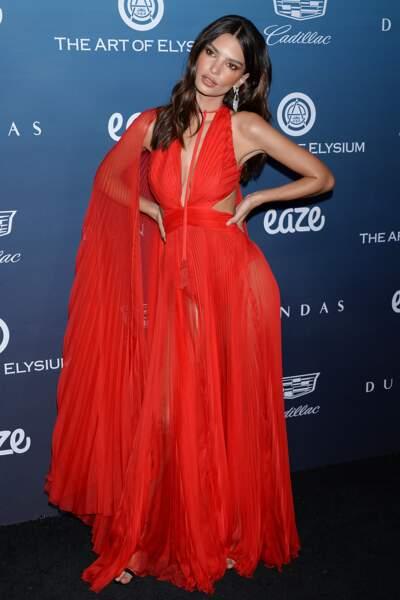 Emily mise à nouveau sur le rouge en robe plissée Dundas lors d'une soirée à Los Angeles le 5 janvier 2019