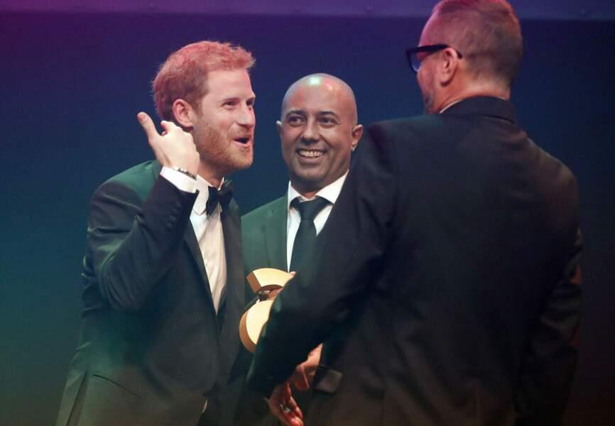 Le prince Harry tout sourire au côté des organisateurs des Attitude Awards.